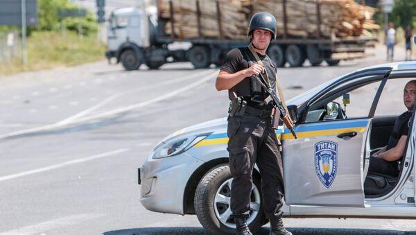 National Guard servicemen man a road block in the village of Lavky, near the small Ukrainian town of Mukachevo, Transcarpathia district, on July 12, 2015 - Sputnik International