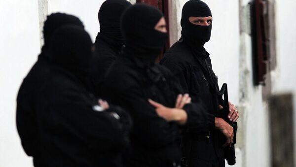 Police officers stand guard outside of a house after arresting two presumed member of the armed Basque separatist group Euskadi Ta Askatasuna (ETA) in Osses on July 7, 2015. - Sputnik International