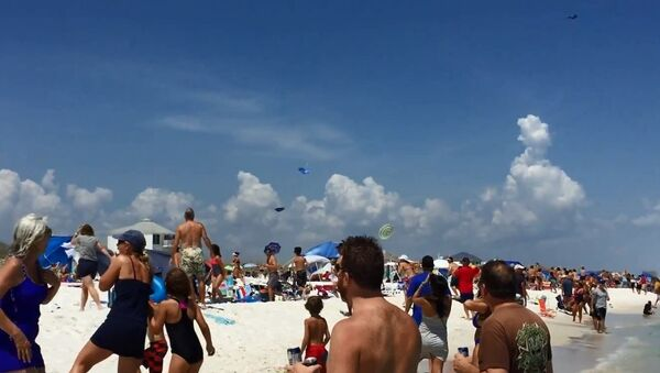 Hold Onto Your Hats! Blue Angels Jet Takes Low Dive - Sputnik International