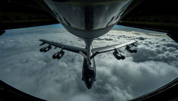 A B-52 Stratofortress is refueled in-flight over the Pacific Ocean. - Sputnik International