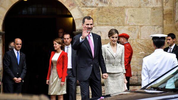 Spain's King Felipe VI walks with Queen Letizia - Sputnik International