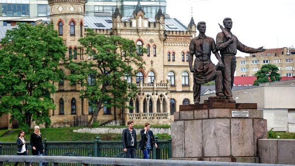 People walk past Soviet-era statues at the Green Bridge over the Neris river in Vilnius, Lithuania, Monday, July 13, 2015 - Sputnik International