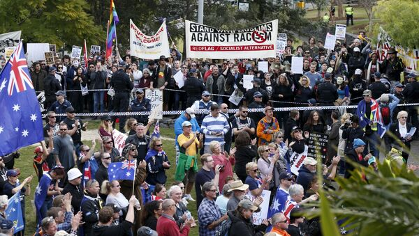 Opposing protest groups, from the Reclaim Australia anti-islam group (foreground) and those calling for an end to racism (background) are separated by a police line in Brisbane, July 19, 2015 - Sputnik International