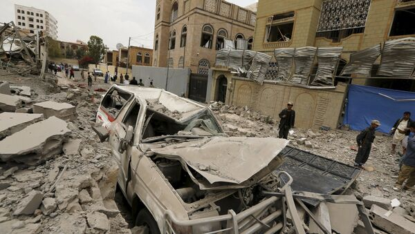 Houthi militants and people gather at the site of a Saudi-led air strike in Yemen's capital Sanaa July 16, 2015 - Sputnik International