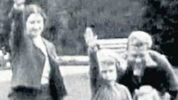 The Royal Family Salute: Leaked Video Shows British Monarch in Nazi Gesture - Sputnik International