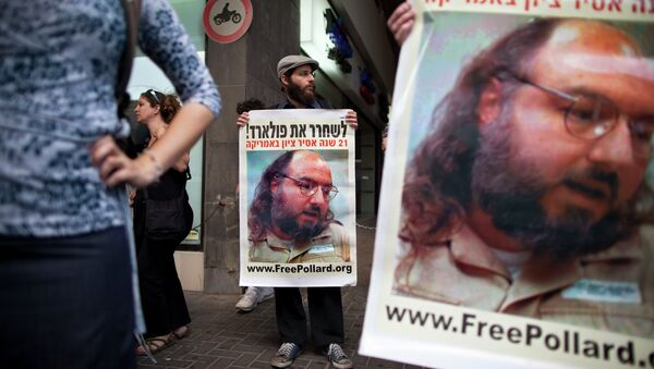 Israeli protesters hold posters demanding the release of Jonathan Pollard, a Jewish American who was jailed for life in 1987 on charges of spying on the United States, as they stand outside the U.S. embassy in Tel Aviv, Israel. - Sputnik International