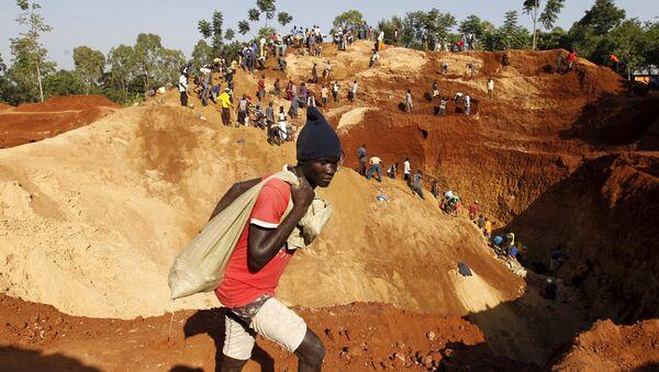 Gold prospectors work at an open-pit mine in the village of Kogelo, west of Kenya's capital Nairobi, July 15, 2015 - Sputnik International