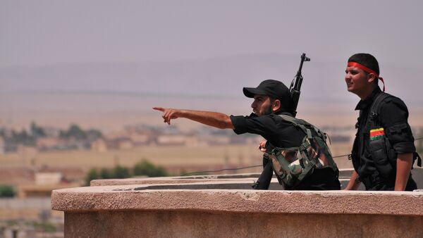Fighters from the Kurdish People Protection Unit (YPG) monitor the horizon in the northeastern Syrian city of Hasakeh on June 28, 2015 - Sputnik International