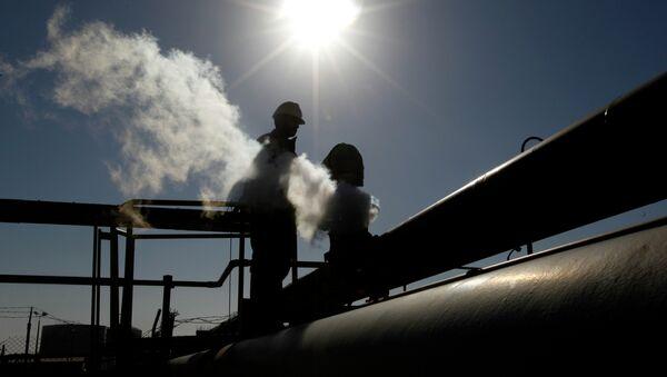 A Libyan oil worker, works at a refinery inside the Brega oil complex, in Brega, eastern Libya - Sputnik International