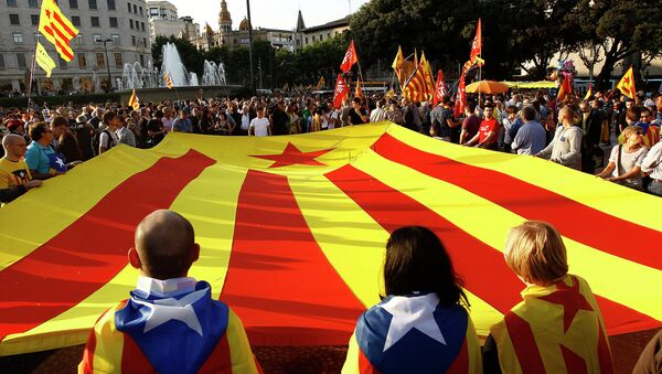 Supporters of an independant state of Catalonia and Republicans display a huge Catalan flag. File photo - Sputnik International