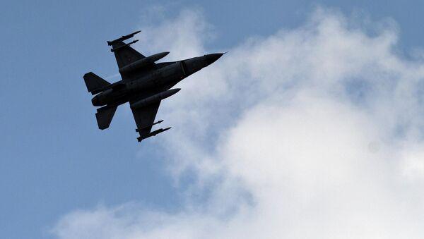 A Turkish fighter jet flies above the Incirlik airbase in southern Turkey. - Sputnik International