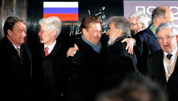 Russia's gas giant Gazprom CEO, Alexei Miller (C) hugs Turkish Minister of Energy and Natural Resources Taner Yildiz (2nd R)during a ceremony to launch the construction of South Stream gas pipeline outside the Black Sea resort town of Anapa. File photo - Sputnik International