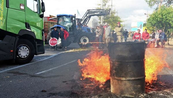 A barrel burns as a road in Kehl, Germany is blocked by French farmers leading to a bridge linking Kehl and Stasbourg, France on July 27, 2015 - Sputnik International