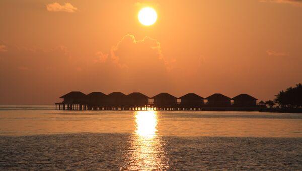 The sun sets over vacation cottages in the Maldives. - Sputnik International