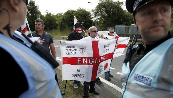 English nationalists take part in a counter-protest aimed at protestors demonstrating in solidarity of migrants in Calais, in Folkestone, Britain - Sputnik International