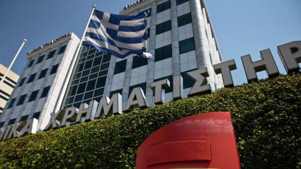 A Greek flag flutters outside the Athens stock exchange , Greece, July 27, 2015 - Sputnik International