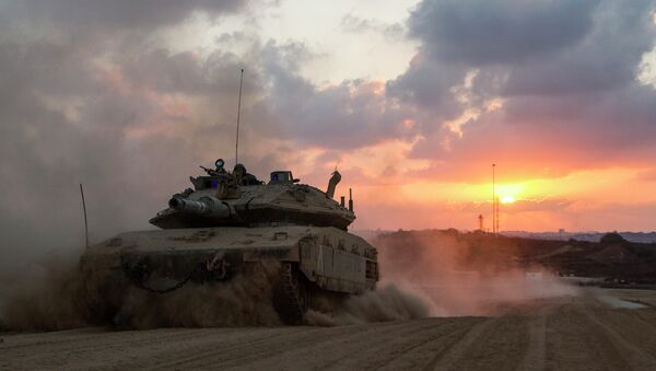 An Israeli Merkava tank rolls back from the Gaza Strip to an army deployment near Israel's border with the Palestinian enclave on August 3, 2014 - Sputnik International
