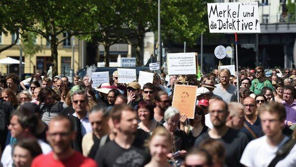 Participants of a demonstration protest in Berlin, Saturday Aug. 1, 2015. Banner at right reads Merkel und die Detektive! (lt: Merkel and the detectives). - Sputnik International