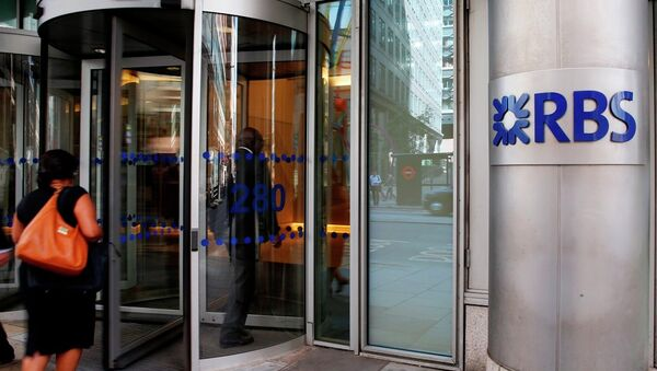 Employees walk into the Royal Bank of Scotland headquarters in the City of London, Tuesday, Aug. 4, 2015. - Sputnik International