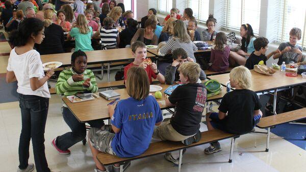 Students eat lunch at a school cafeteria. - Sputnik International