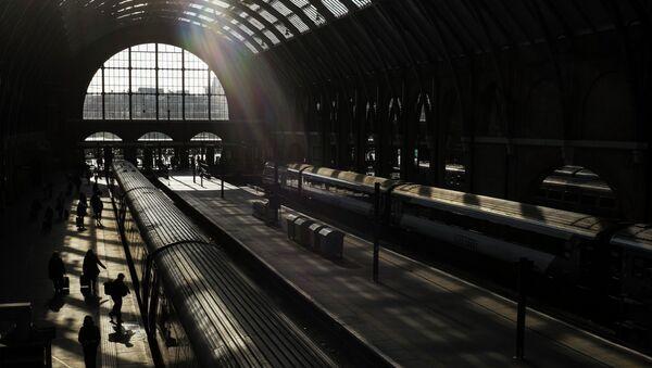 Passengers walk down a platform at King's Cross railway station, London - Sputnik International
