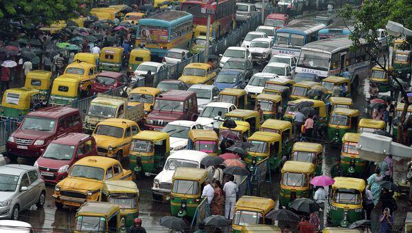 Indian commuters cross the road amid heavy rush hour traffic in Kolkata on July 31, 2015 - Sputnik International