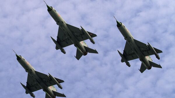 Indian Air Force (IAF) MIG 21 jet fighter aircrafts perform during a parade at an airbase in Tezpur, India, Friday, Nov. 21 2014 - Sputnik International