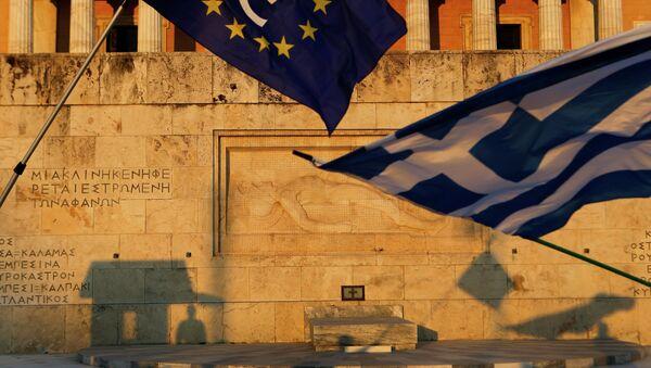 Pro-Euro demonstrators wave a Greek flag, right, and a European Union flag - Sputnik International