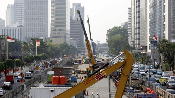 Workers using heavy machinery are seen constructing the new MRT line in central Jakarta, Indonesia July 2, 2015 - Sputnik International