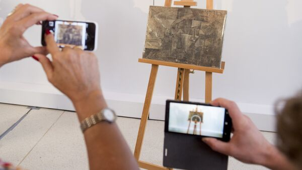 People photograph a Pablo Picasso painting, La Coiffeusse, or The Hairdresser, during a repatriation ceremony at the French Embassy in Washington, DC, August 13, 2015 - Sputnik International