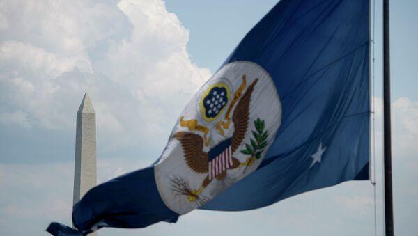 The Washington Monument is seen beyond the US State Department's flag June 30, 2015 in Washington, DC - Sputnik International
