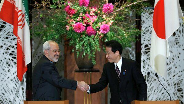 Iranian Foreign Minister Mohammad Javad Zarif, left, shakes hands with his Japanese counterpart Fumio Kishida. - Sputnik International