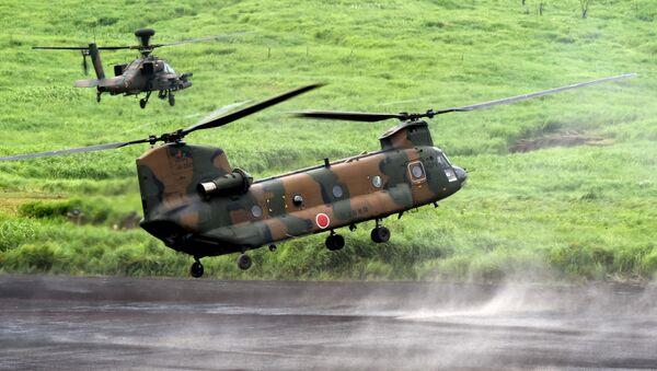 Тяжелый транспортный вертолет CH-47J Chinook в сопровождении ударного вертолета Apache на ежегодных японских военных учениях - Sputnik International