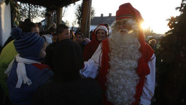 Hungarian roma children welcome a Santa Claus from Lapland aka Joulupukki in visit in Kaposmero. (File) - Sputnik International