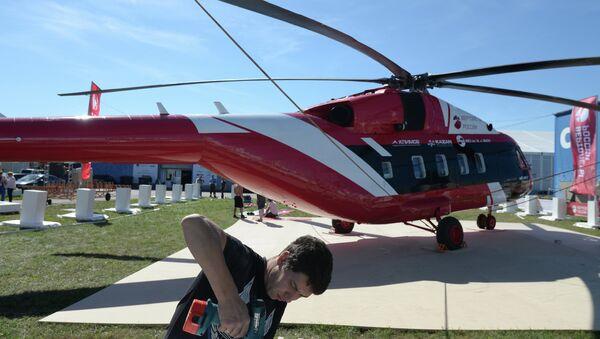 A MAKS 2015 participant prepares a Mi-38-2 helicopter for a flight program at the MAKS 2015 International Aviation and Space Salon - Sputnik International