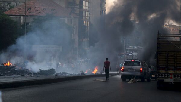 Protestors set uncollected garbage on fire and block a road as they protest against the ongoing refuse crisis in Beirut, Lebanon July 25, 2015. - Sputnik International