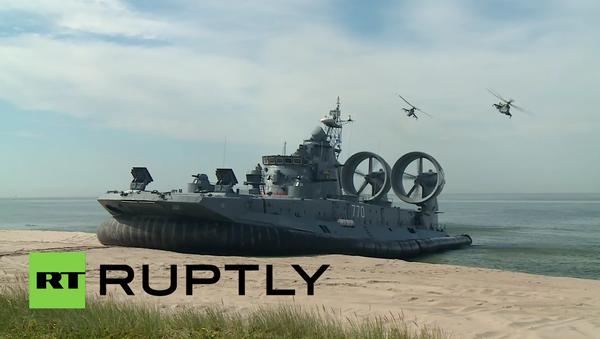 Real Sea Monster! Watch World's Biggest Hovercraft Storming a Shore - Sputnik International