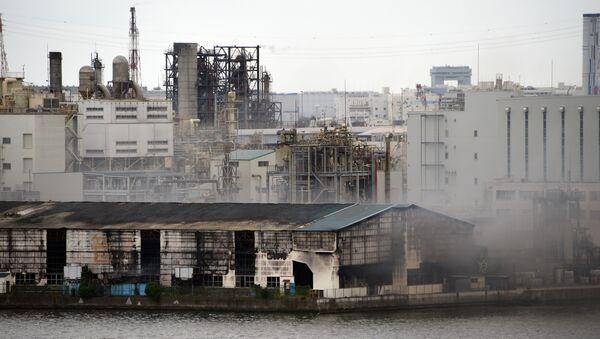 Smoke rises from a steel plant beside a river in Kawasaki near Tokyo's Haneda airport - Sputnik International