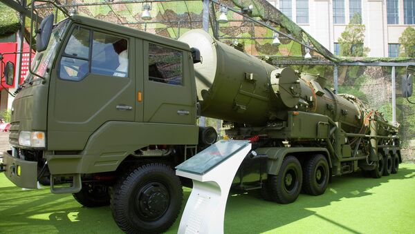 A Chinese DF-21A transporter errector vehicle - Sputnik International