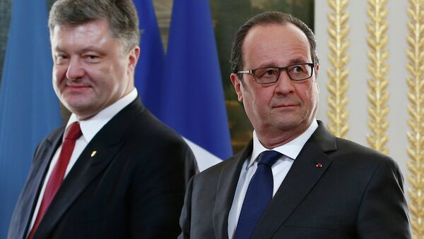French President Francois Hollande (R) and Ukrainian President Petro Poroshenko (L) arrive for a diplomatic agreement signing ceremony after their meeting at the Elysee Palace in Paris, on April 22, 2015 - Sputnik International