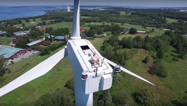 Drone Captures Man Sunbathing on Wind Turbine - Sputnik International