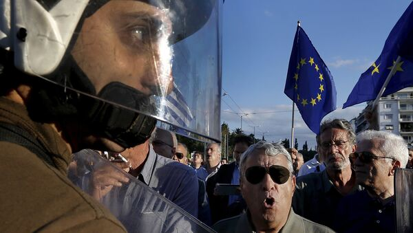 Riot police stand between anti-austerity and pro-EU protesters in front of the parliament building during a rally calling on the government to clinch a deal with its international creditors and secure Greece's future in the eurozone in Athens, Greece, in this June 22, 2015 file photo - Sputnik International
