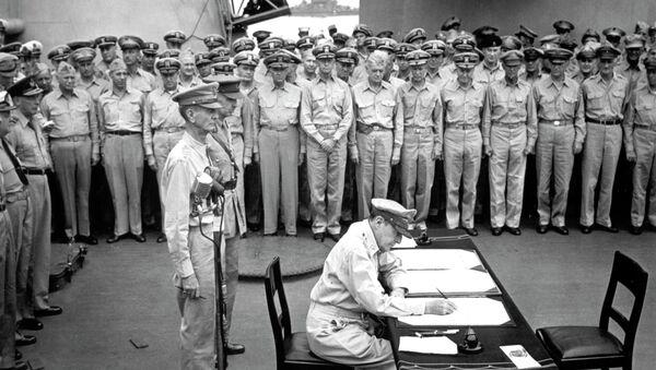 Gen. Douglas MacArthur signs the Japanese surrender documents, September 2, 1945, aboard the USS Missouri in Tokyo Bay.  - Sputnik International