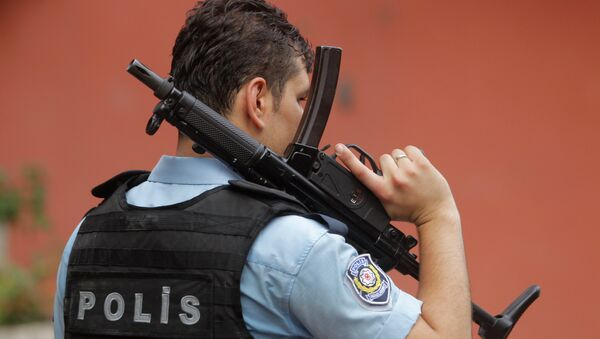 An armed Turkish police officer secures a road leading to the U.S. Consulate building in Istanbul, Monday, Aug. 10, 2015 - Sputnik International