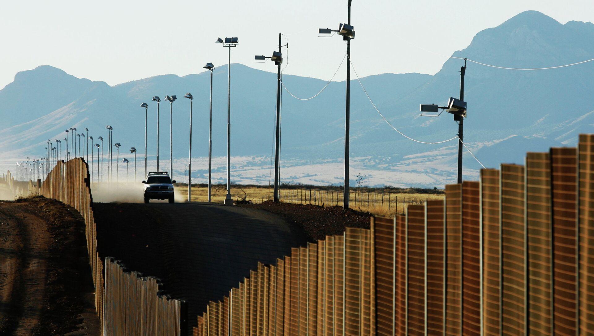 US border patrol vehicle rides along the fence at the US-Mexican border near Naco, Mexico, Sunday, Jan. 13, 2008 - Sputnik International, 1920, 30.06.2021
