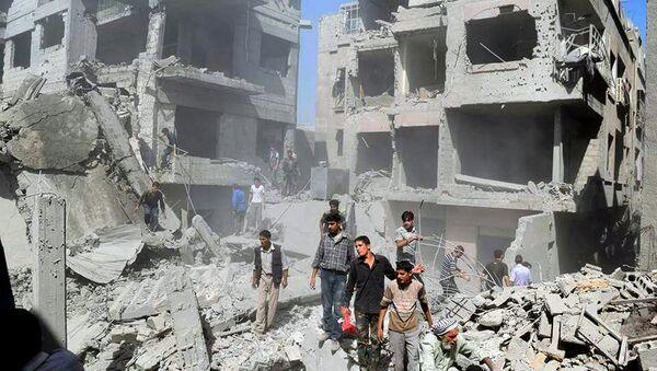 Syrians inspecting damage following an airstrike on the Damascus suburb of Douma, Syria, Saturday, Aug. 22, 2015 - Sputnik International