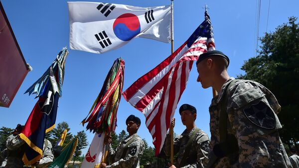 US soldiers hold the flags of South Korea (top) and the US (R) before a South Korea-US Combined Division activation ceremony at a US Army base in Uijeongbu, just north of Seoul, on June 3, 2015 - Sputnik International