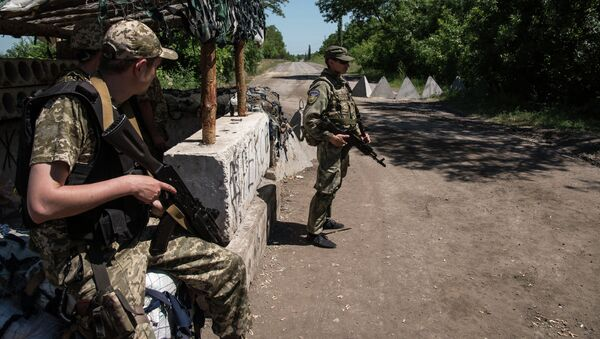 Ukrainian servicemen stand guard on June 8, 2015 in Novotoshkivske village, Donetsk region - Sputnik International
