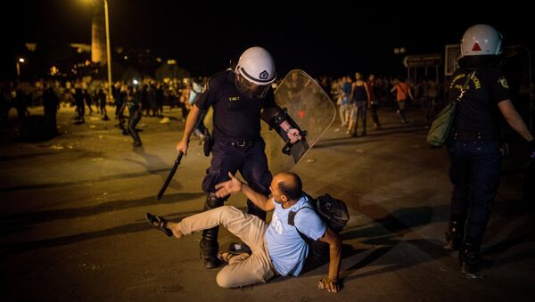 A migrant is confronted by a riot policeman during a protest in which hundreds of migrants and refugees demanded the authorities to let them go to Athens and continue their trip towards Northern Europe, at the port of Mytilene, on the northeastern Greek island of Lesbos, on Saturday, Sept. 5, 2015 - Sputnik International