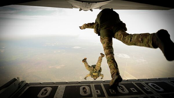 US Army Green Berets from the 7th Special Forces Group jump out of a C-130H3 Hercules - Sputnik International